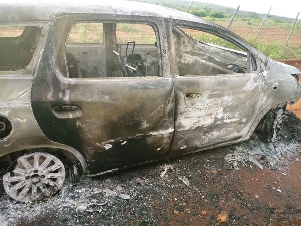 Corpo é encontrado na mala de táxi carbonizado em Sítio Novo