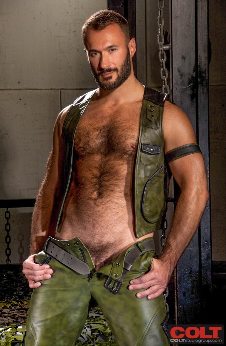 Stuart manning shirtless beefcake measuring talent foto