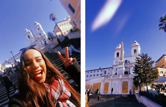 melissa sonriente frente a las escalinatas de piazza di spagna