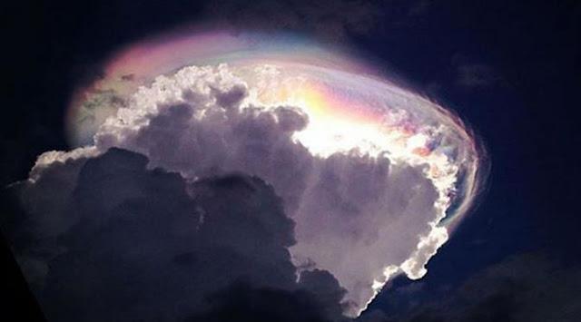 awan aneh berpelangi