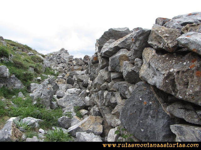 Ruta Peña Cerreos y Ubiña Pequeña: Trincheras en la cima Peña Cerreos