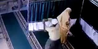 [Video] ASTAGHFIRULLAH! Lagi Sholat, Mahasiswi Dipukul Pria Sontoloyo dengan Balok hingga Tersungkur