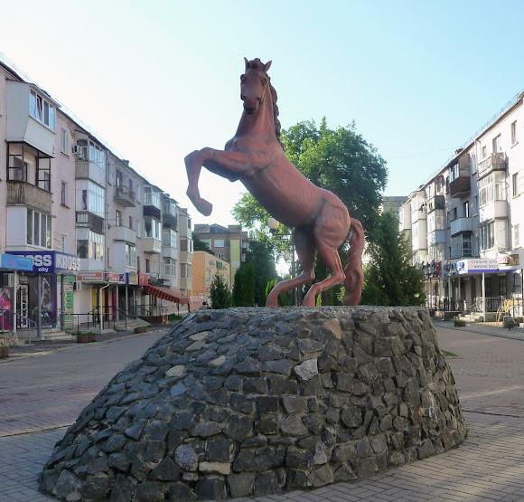 Конотоп. Ул. Братьев Лузанов. Пешеходная зона. Памятник коню