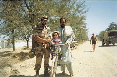 Soldado de España en misión en Afganistán confraternizando con afganos