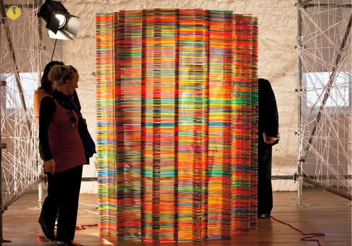 reciclaje y creatividad con perchas: instalación de likearchitects