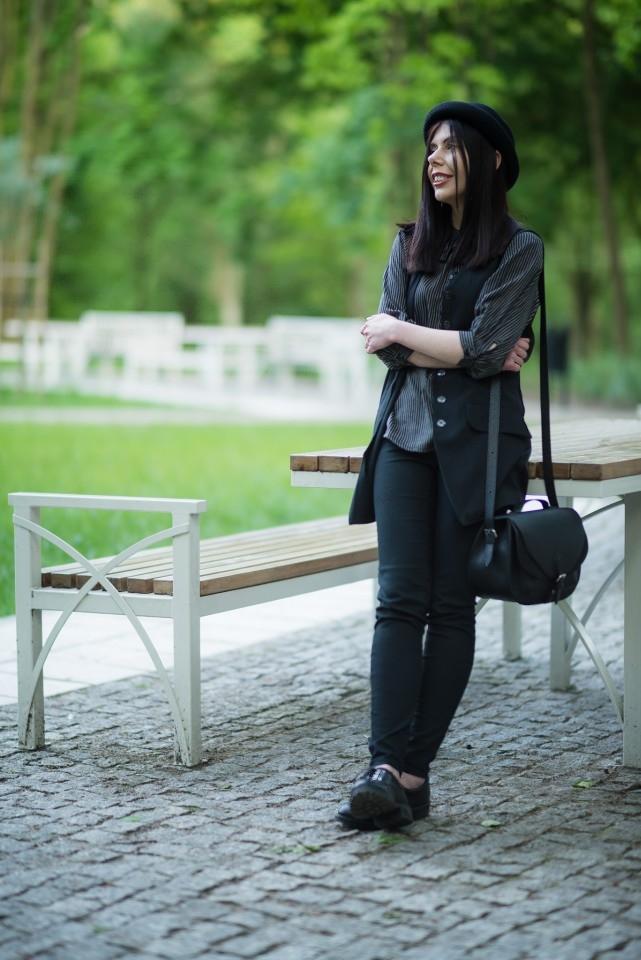 Koszula z wiązaniem | koszula wiązana pod szyją | melonik | kapelusz | stylizacja w stylu grunge | blog modowy | blogerka modowa | stylizacja z melonikiem, kamizelką i wiązaną koszulą | sesja w parku | Park Julianowski sesja zdjęciowa