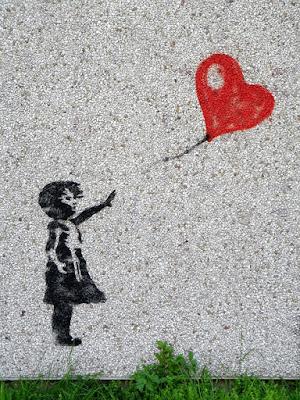 Verdadero amor que irradia corazones y destellos de luz.