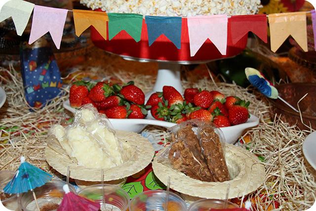 Decoração de Festa Caipira - Junina : Morangos e Cocadas