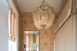 Ein kleines Badezimmer mit klassischem Stil