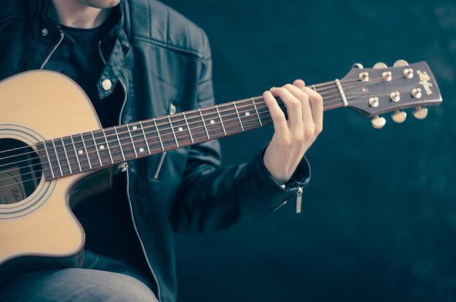 Lirik Lagu Bermain Gitar