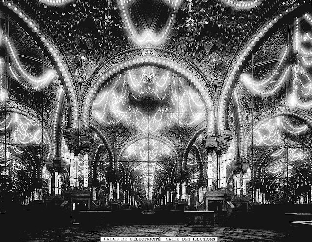 A 1900 photograph of the Salon of Illusions with visual infinity, in the Palace of Electricity.