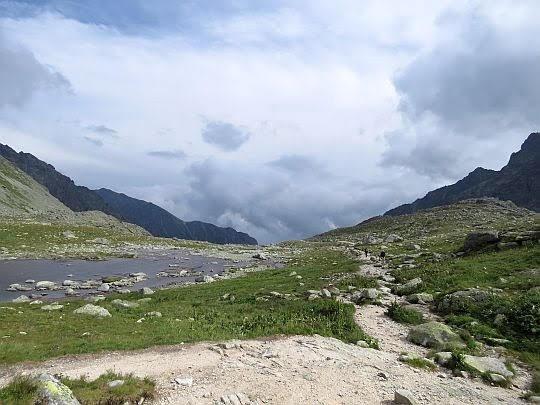 Ścieżka szlaku, a obok niej rozlane Hińczowe Oka.