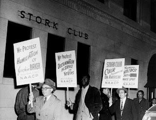 Manifestación delante del Stork Club, por el trato discriminatorio dispensado a Joséphine.