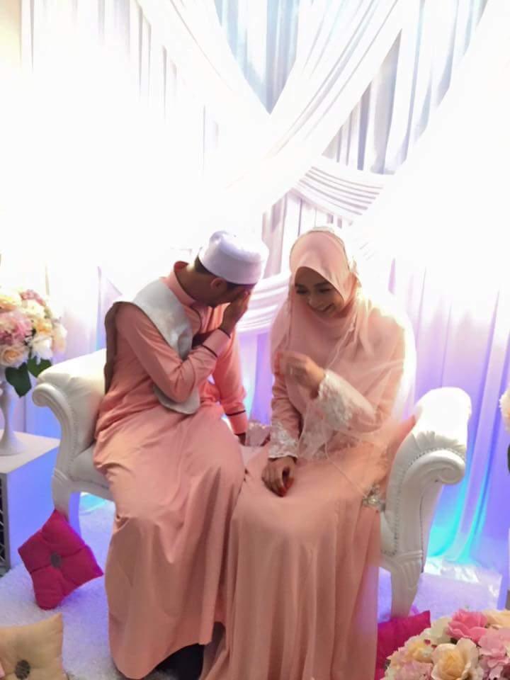 Foto Pria ALim Malu-Malu Pegang Tangan Istrinya