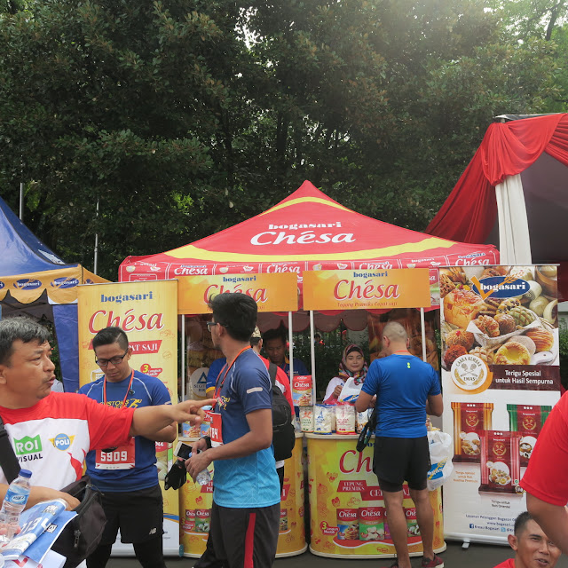 Seorang peserta sedang membeli makanan di booth Chesa
