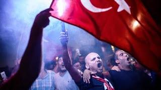 """""""Detrás de este golpe podrían estar otros Estados. Los 'gulenistas' [los miembros de la organización clandestina opositora del predicador islámico Fethullah Gulen] tienen una inteligencia suprema que podría haber planeado todo esto"""", cita la agencia RIA Novosti la declaración del mandatario, pronunciada durante una reunión del Comité de Seguridad y el Gobierno turco en que se ha declarado el estado de emergencia de tres meses en el país. """"Llegará el momento y todas las conexiones se darán a conocer"""", dijo Erdogan."""