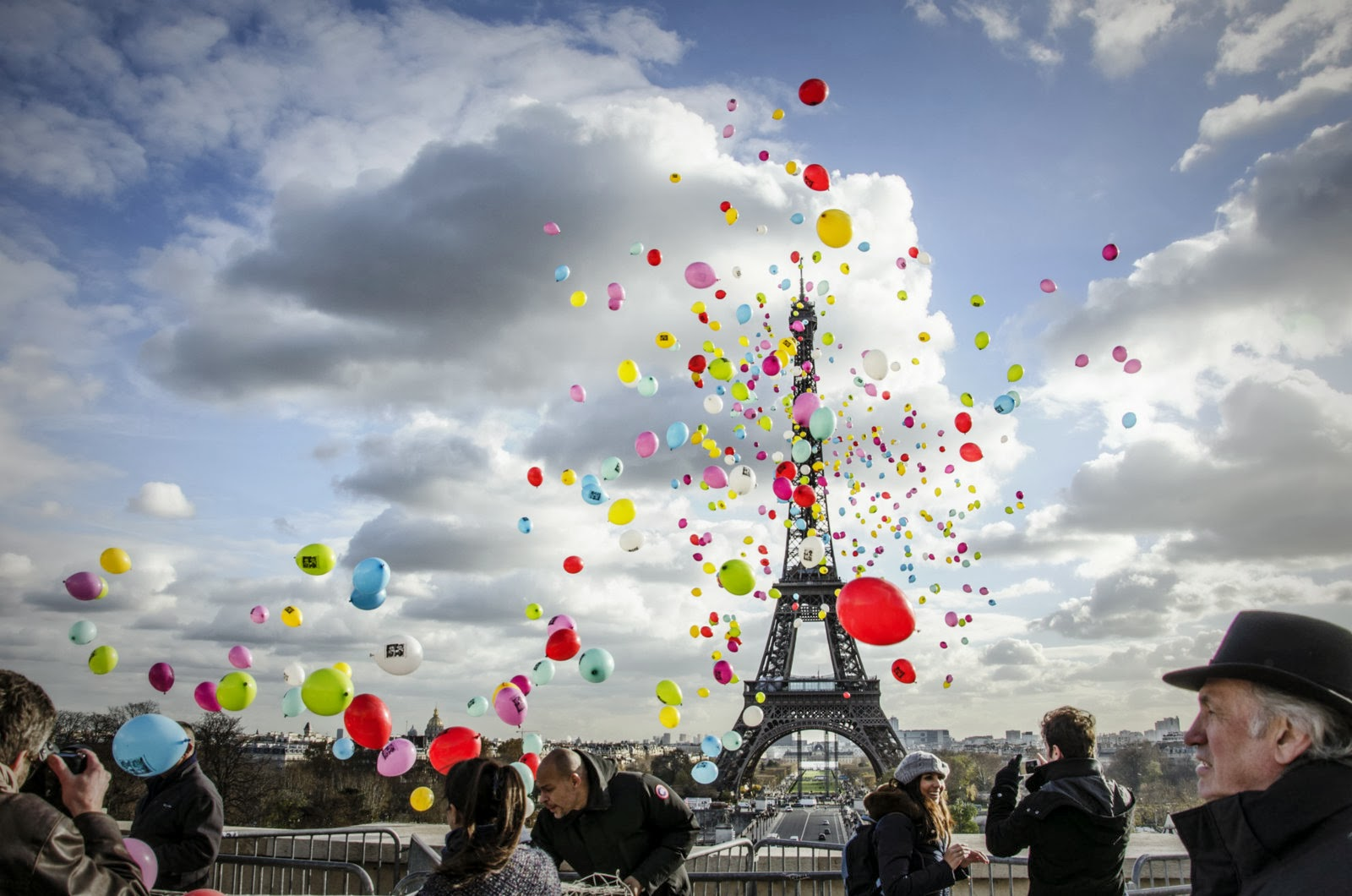 Flambant neuf ParisDailyPhoto: Releasing balloons by the Eiffel Tower QT62