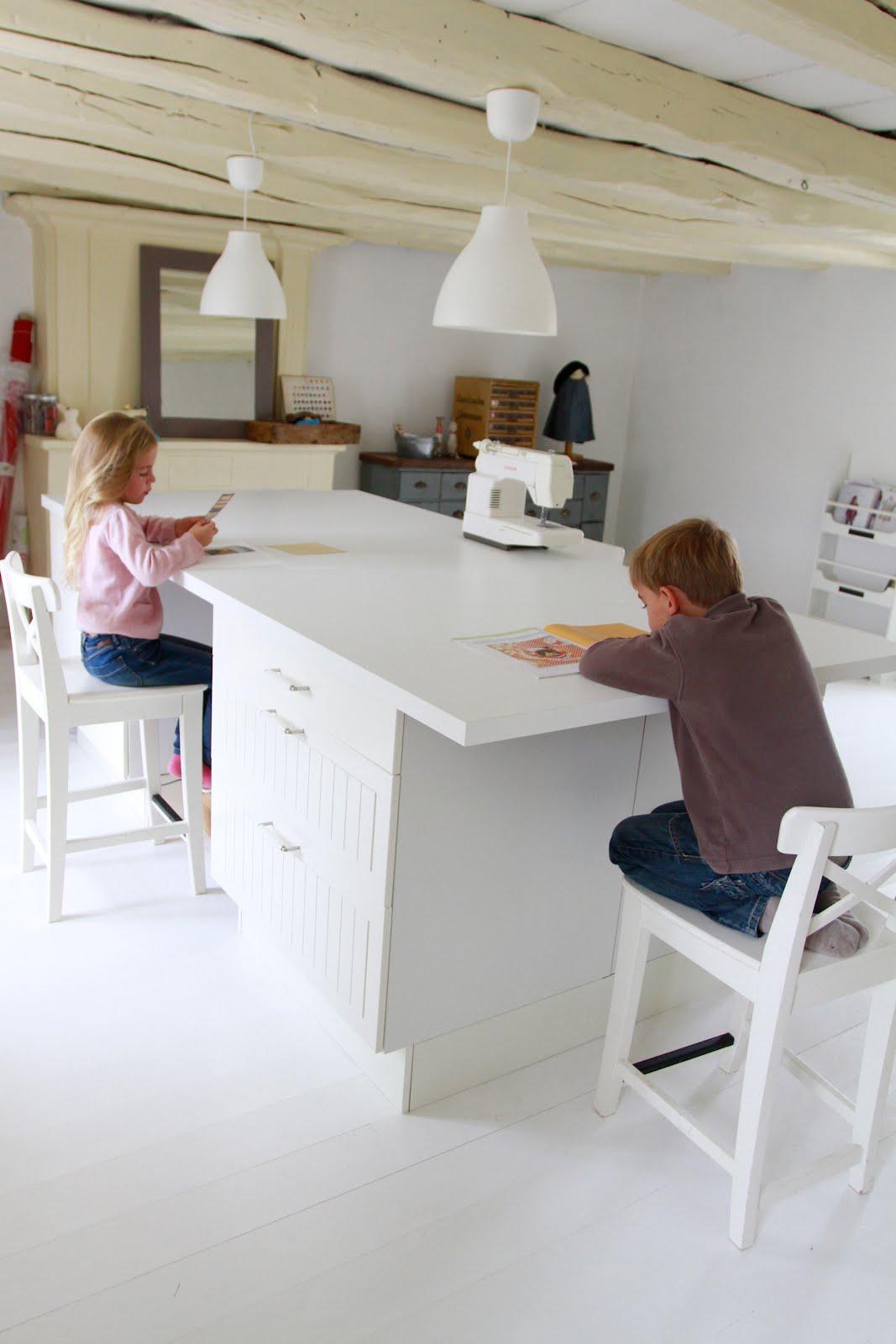 alors voil mon bureau enfin je devrai dire ma puisquuil suagit duun lot central de cuisine o. Black Bedroom Furniture Sets. Home Design Ideas