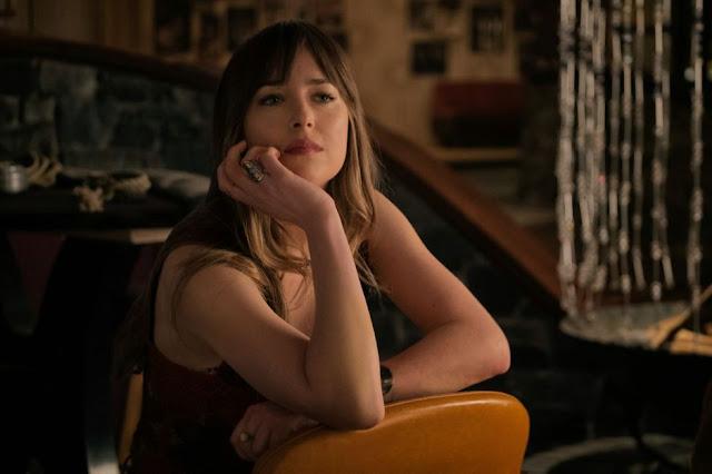 Emily Summerspring (Dakota Johnson) dans Sale temps à l'hôtel El Royale