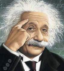 انشتاين ونظارته التي لا يستغني عنها للقراءة.  م