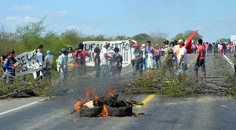 Estudantes e movimentos sociais bloqueiam BR 423 em Delmiro Gouveia, em protesto contra PEC 241