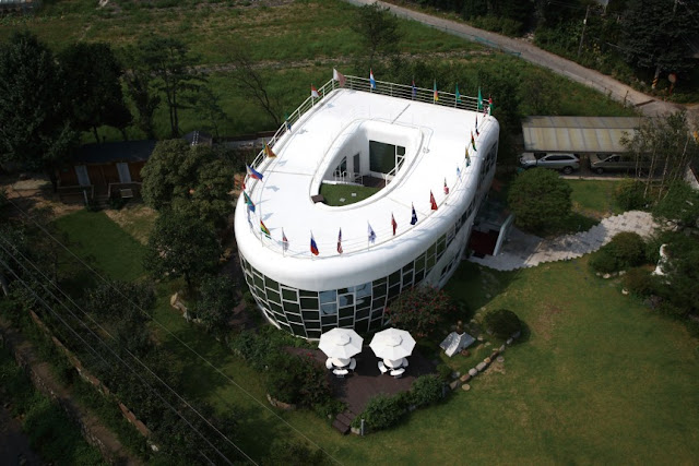 The_Toilet-Shaped_House