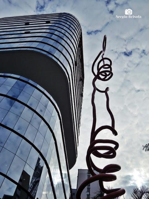 Foto composição com o Edifício Santa Catarina e escultura de Tomie Ohtake - Bela Vista - São Paulo