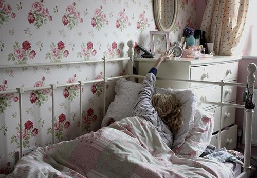 quarto despertador papel de parede florido