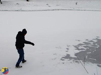 Caminando sobre un lago congelado