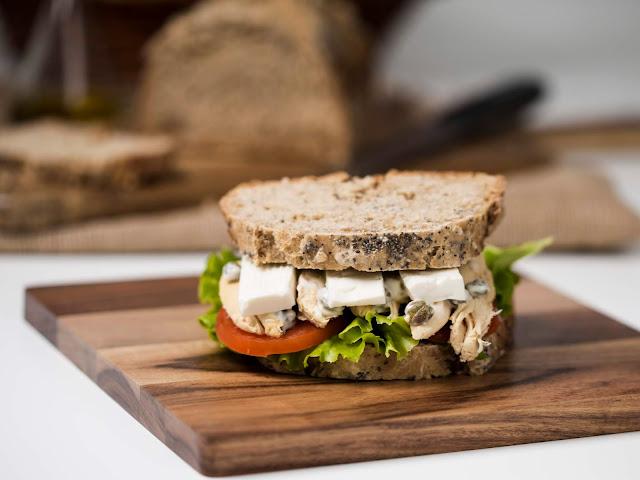 sandwich-pollo-y-alcaparras