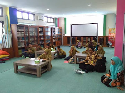 Para siswa SMA yang mengikuti workshop literasi