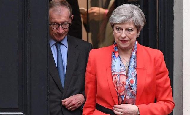 Theresa May diz que irá formar novo governo no Reino Unido