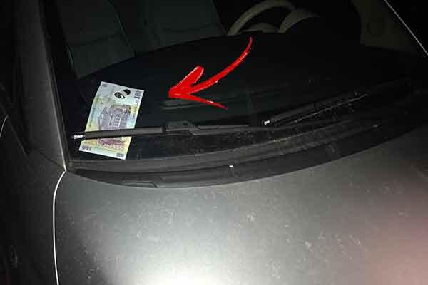 Dacă găsești o bancnotă de 100 de lei în parbrizul mașinii ai mare grijă, nu este ceea ce crezi!
