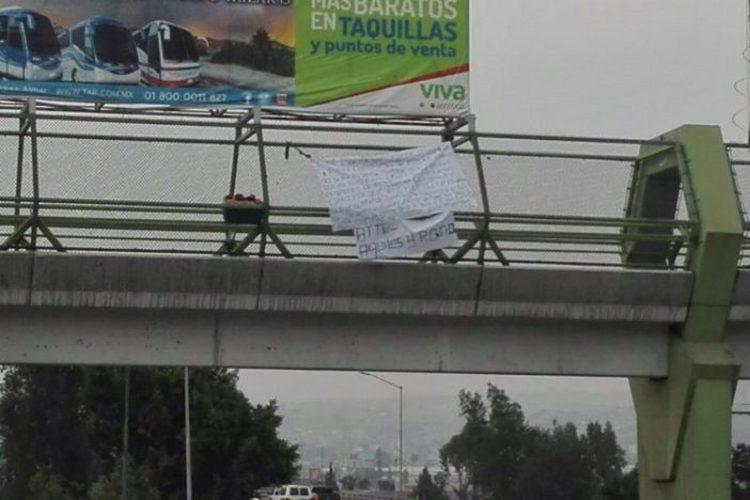 """La """"Rana"""" lider del CAF deja narcomanta y hielera con restos en puente de Tijuana"""