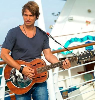 Foto de Carlos Baute con su guitarra en escenario