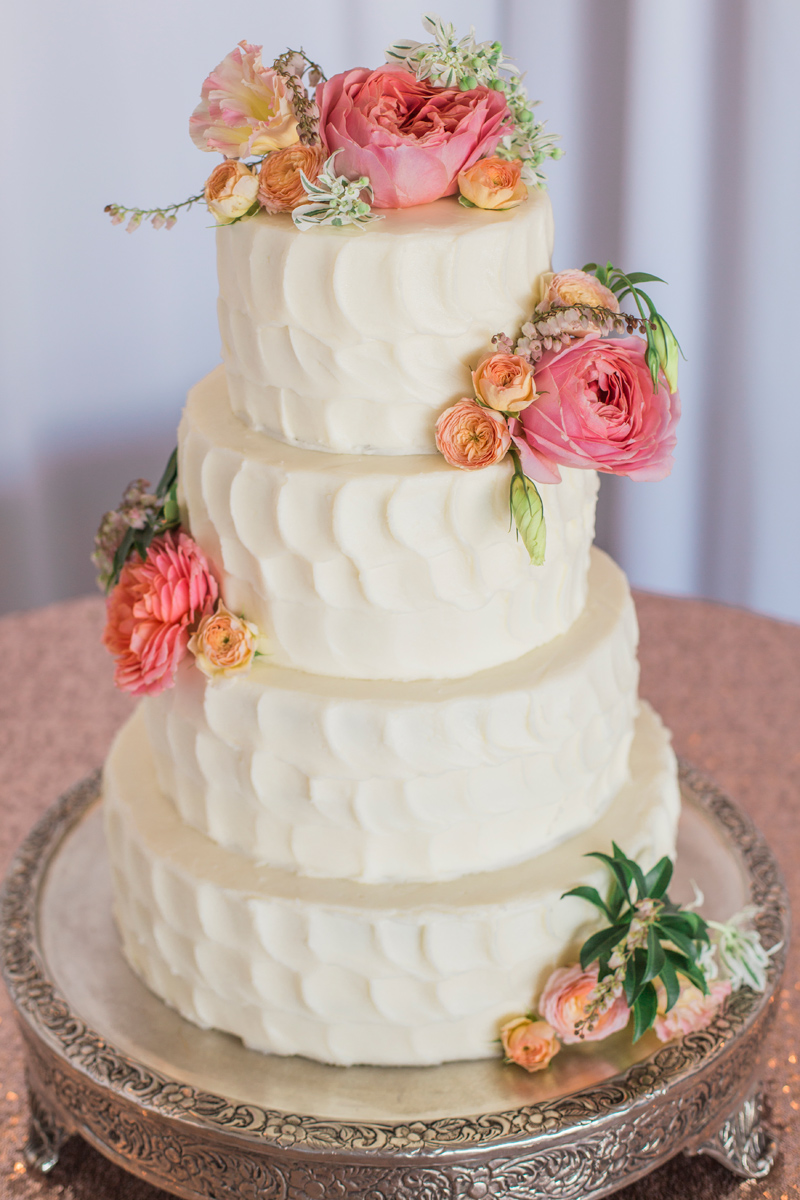 Montna Wedding Cake: Just Desserts / Photography: Mackenzie Keough / Florist: Mums Flowers