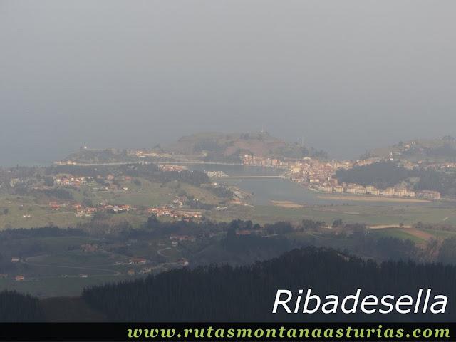Vista a Ribadesella desde Corona Castiello