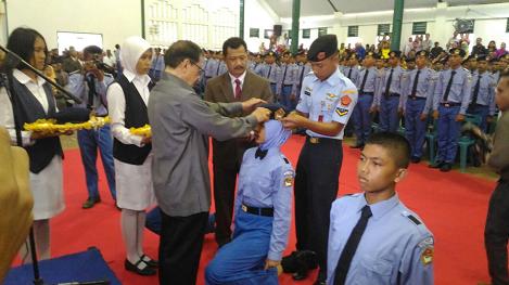Penyematan Tanda Siswa SMAN 1 Plus Matauli oleh Dr. Ir. H. Akbar Tanjung