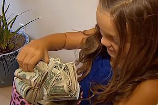 8χρονη γύρισε σπίτι με 60.000 και η εξήγηση της έγινε viral σε όλο τον κόσμο - BINTEO