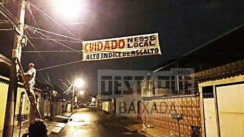 Moradores de Belford Roxo espalham faixas com alerta de assaltos
