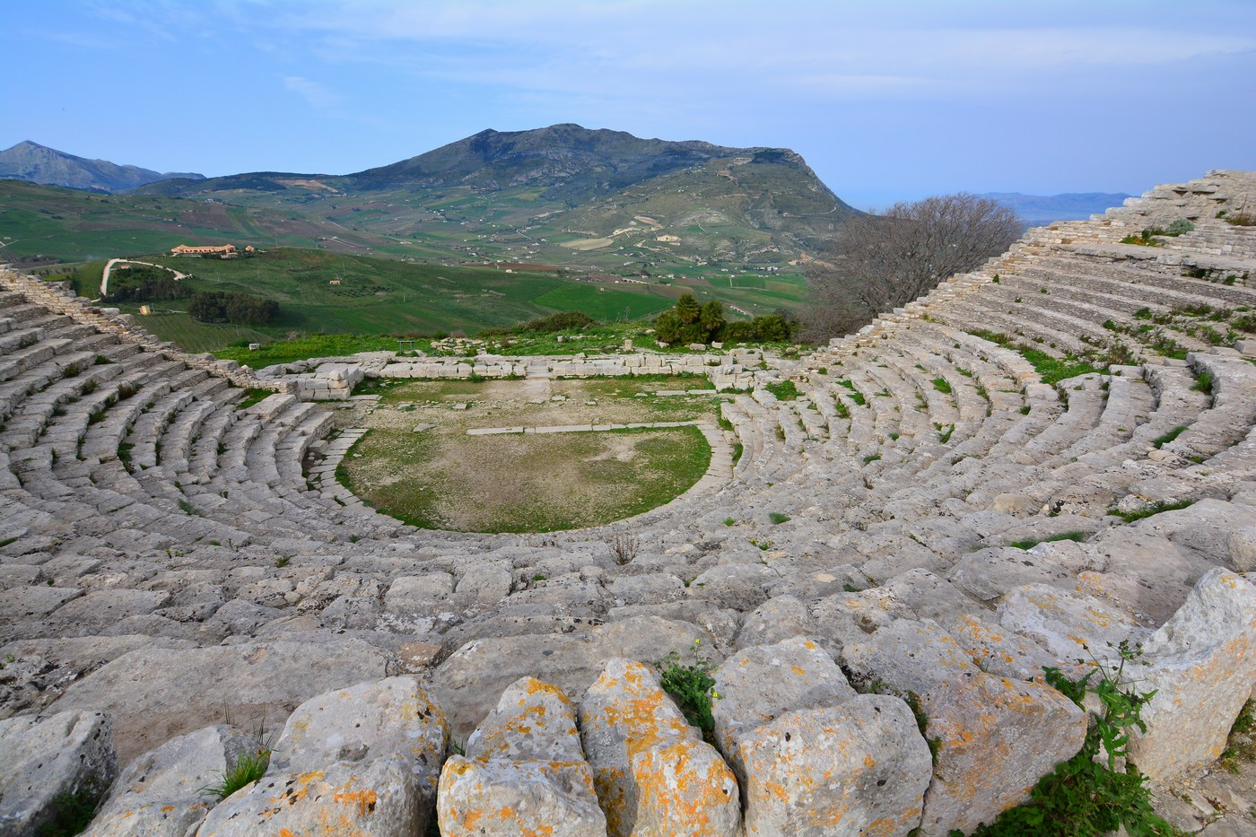 Vue d'ensemble du théâtre avec vue sur les collines.