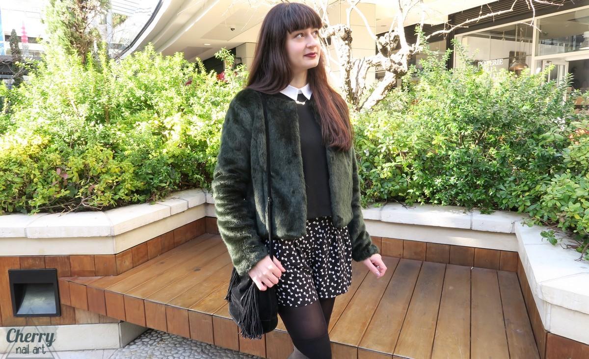 mode-look-hiver-tenue-paillettes-vert-fausse-fourrure-short-chaussettes-montantes