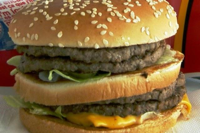 Vídeo mostra o que acontece com um hambúrguer mergulhado em ácido estomacal