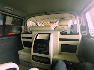 The Continent Hotelin minibussi sisältä