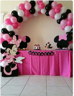 Decor masa botez tematic Minnie Mouse cu arcada din baloane albe, roz, negre