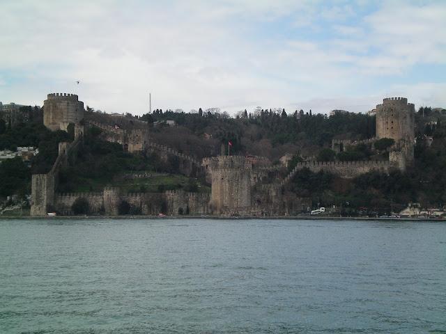 Antigua fortaleza en el canal del Bósforo
