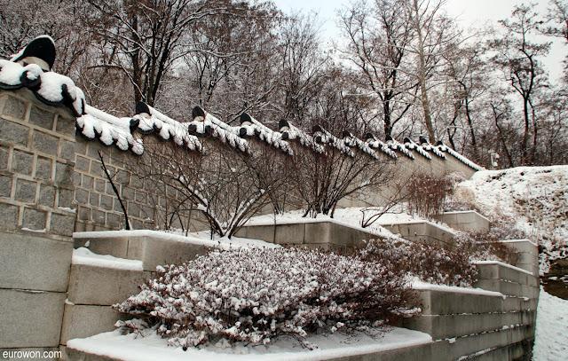 Muro tradicional coreano con nieve