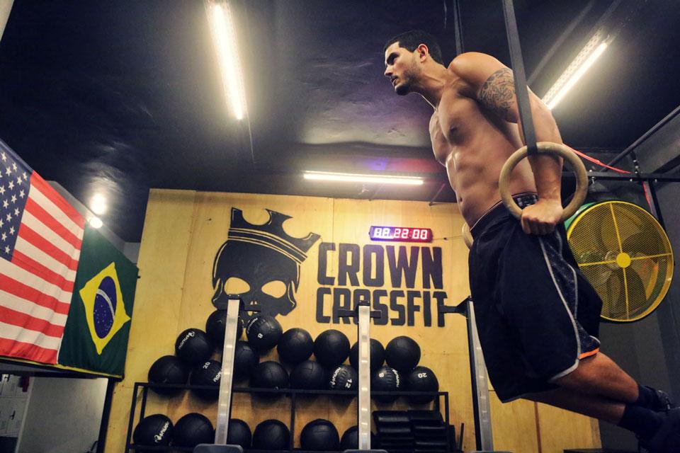 Paulo Simas se exercita em argolas de ginástica olímpica. Foto: Alan Chaves/Juliano Mendes Assessoria