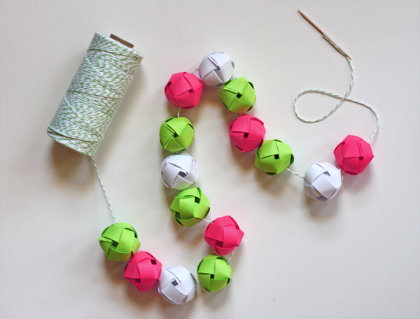 Make a garland from woven paper balls how about orange - Manualidades para decorar tu casa ...