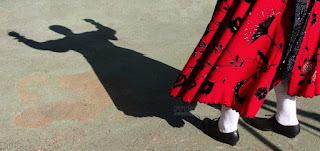 Sombra de charra bailando con traje típico de Salamanca